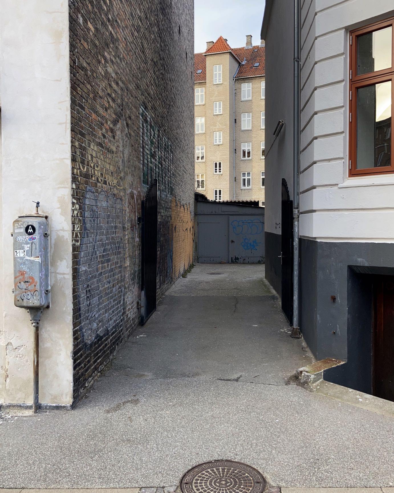 Hammershøi colours. Hammershøi shapes. Hammershøi mood. An alleyway.